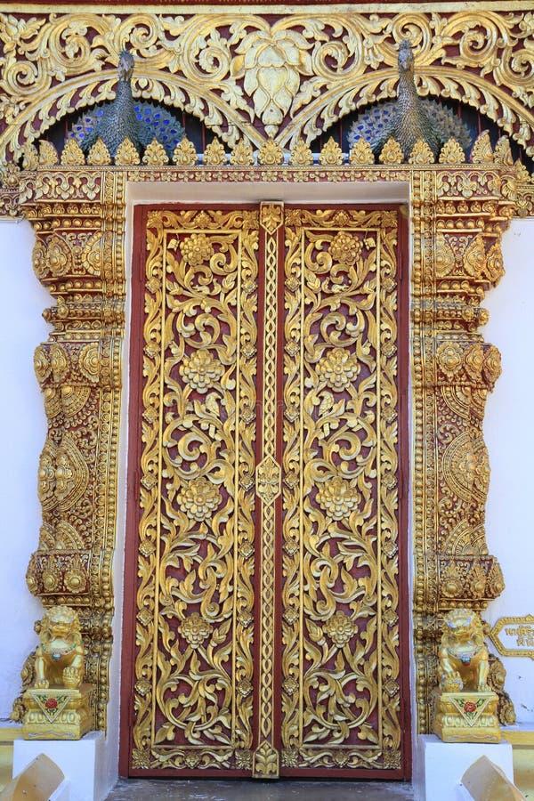 Όμορφος χαράστε τη χρυσή πόρτα ναών στην Ταϊλάνδη ελεύθερη απεικόνιση δικαιώματος
