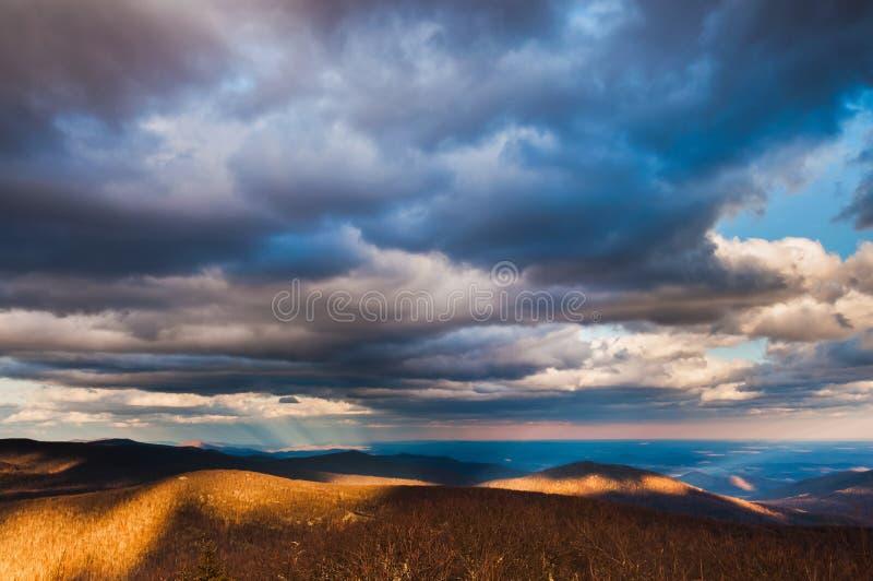 Όμορφος χειμερινός ουρανός πέρα από τα μπλε βουνά κορυφογραμμών σε Shenandoah στοκ φωτογραφία με δικαίωμα ελεύθερης χρήσης