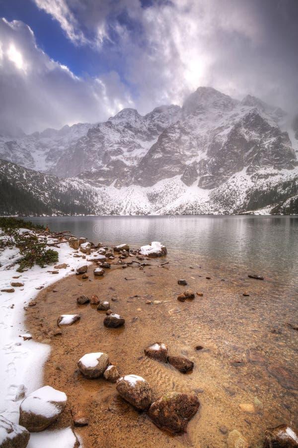 Όμορφος χειμώνας στο μάτι της λίμνης θάλασσας μέσα στα βουνά Tatra στοκ φωτογραφίες με δικαίωμα ελεύθερης χρήσης