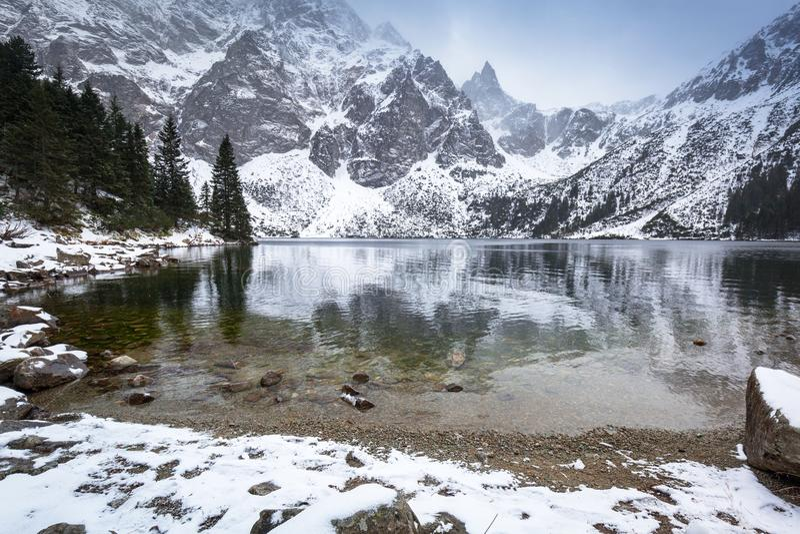 Όμορφος χειμώνας στο μάτι της λίμνης θάλασσας μέσα στα βουνά Tatra στοκ εικόνες με δικαίωμα ελεύθερης χρήσης