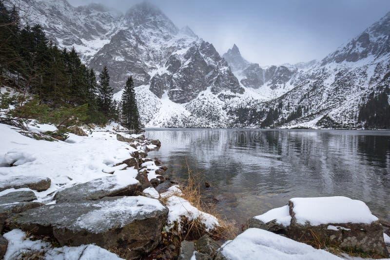 Όμορφος χειμώνας στο μάτι της λίμνης θάλασσας μέσα στα βουνά Tatra στοκ εικόνα με δικαίωμα ελεύθερης χρήσης