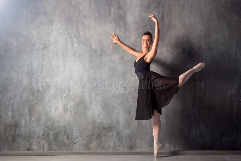 όμορφος χορευτής μπαλέτ&omicro στοκ εικόνες