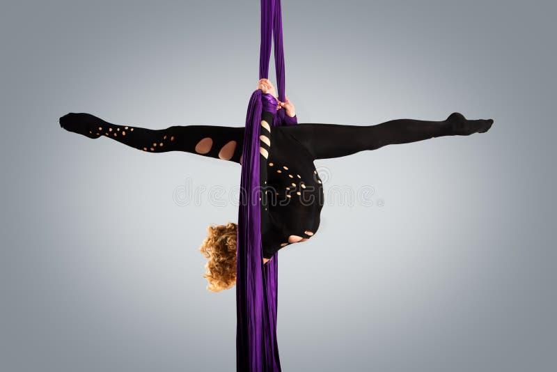 Όμορφος χορευτής στο εναέριο μετάξι, εναέρια παραμόρφωση, εναέριες κορδέλλες, εναέρια μετάξια, εναέριοι ιστοί, ύφασμα, κορδέλλα στοκ εικόνα με δικαίωμα ελεύθερης χρήσης