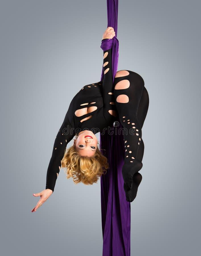 Όμορφος χορευτής στο εναέριο μετάξι, εναέρια παραμόρφωση, εναέριες κορδέλλες, εναέρια μετάξια, εναέριοι ιστοί, ύφασμα, κορδέλλα στοκ εικόνες
