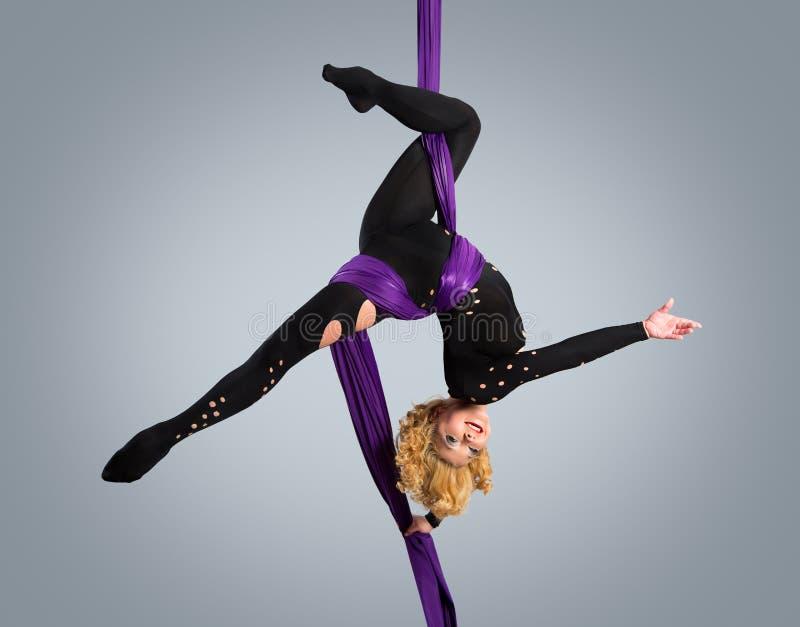 Όμορφος χορευτής στο εναέριο μετάξι, εναέρια παραμόρφωση, εναέριες κορδέλλες, εναέρια μετάξια, εναέριοι ιστοί, ύφασμα, κορδέλλα στοκ φωτογραφίες με δικαίωμα ελεύθερης χρήσης