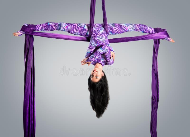 Όμορφος χορευτής στο εναέριο μετάξι, εναέρια παραμόρφωση, εναέριες κορδέλλες, εναέρια μετάξια, εναέριοι ιστοί, ύφασμα στοκ εικόνες