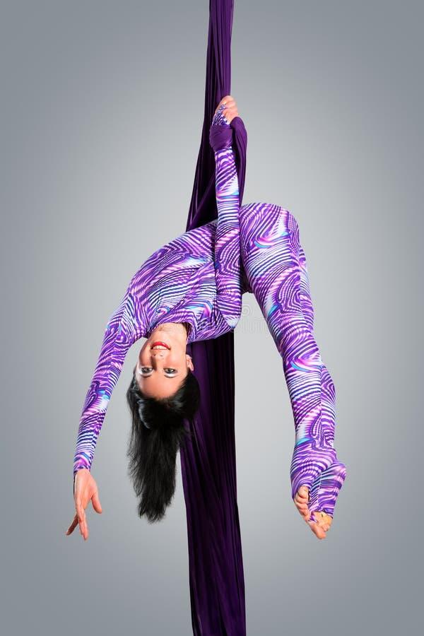 Όμορφος χορευτής στο εναέριο μετάξι, εναέρια παραμόρφωση, εναέριες κορδέλλες, εναέρια μετάξια, εναέριοι ιστοί, ύφασμα στοκ εικόνα