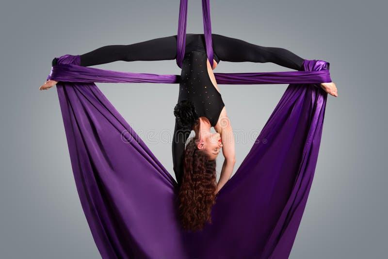 Όμορφος χορευτής στο εναέριο μετάξι, εναέρια παραμόρφωση στοκ φωτογραφία με δικαίωμα ελεύθερης χρήσης