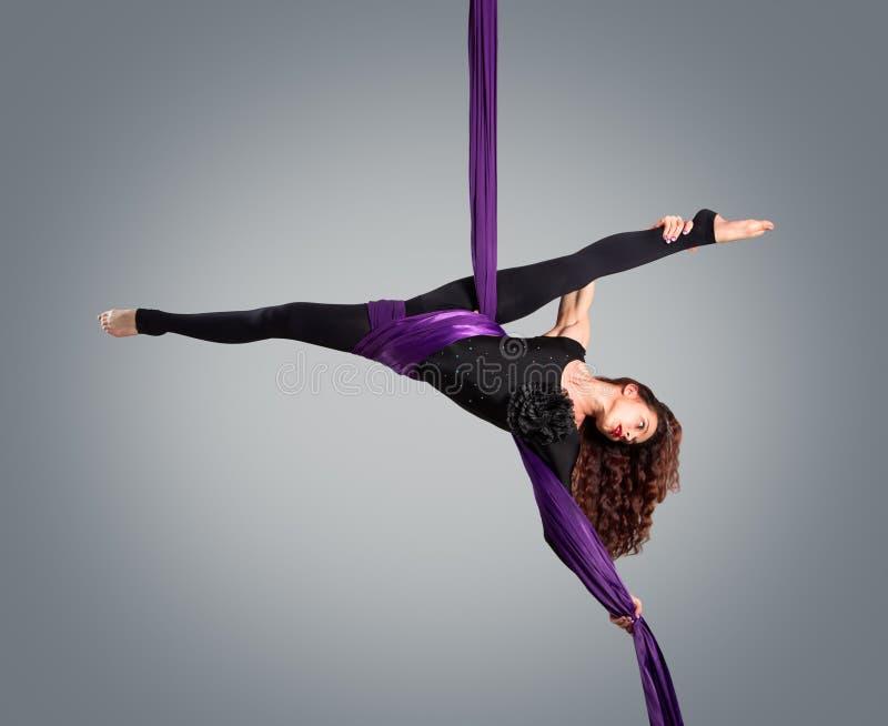 Όμορφος χορευτής στο εναέριο μετάξι, εναέρια παραμόρφωση στοκ εικόνες