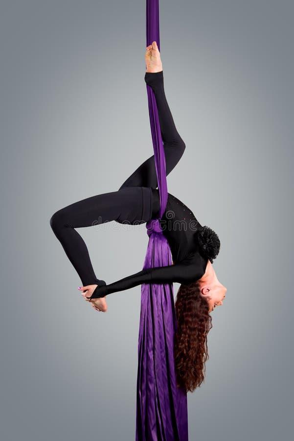 Όμορφος χορευτής στο εναέριο μετάξι, εναέρια παραμόρφωση στοκ εικόνα με δικαίωμα ελεύθερης χρήσης