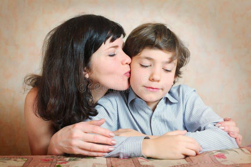 Όμορφος όμορφος γιος φιλιών μητέρων στοκ φωτογραφίες