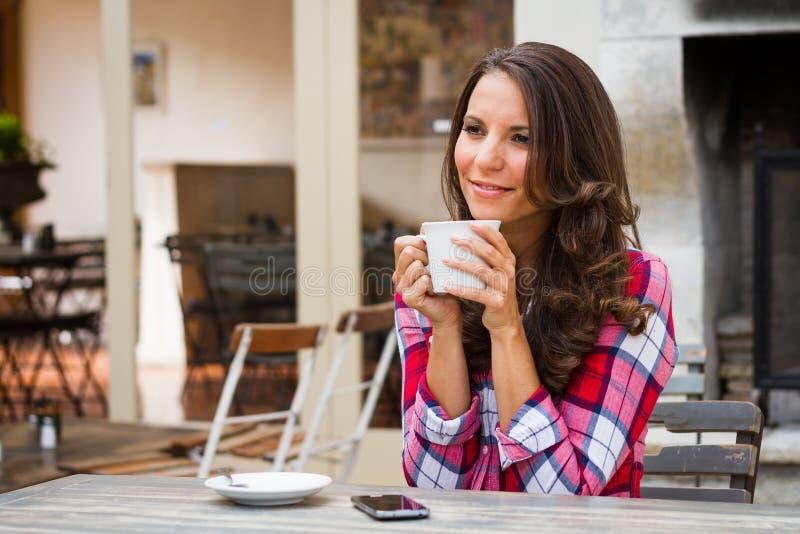 όμορφος όντας αλλαγμένη κατανάλωση καφέ που πλαισιώνεται έχει τις εικόνες το χαρτοφυλάκιο φωτογραφιών μου στη γυναίκα τοίχων στοκ εικόνα