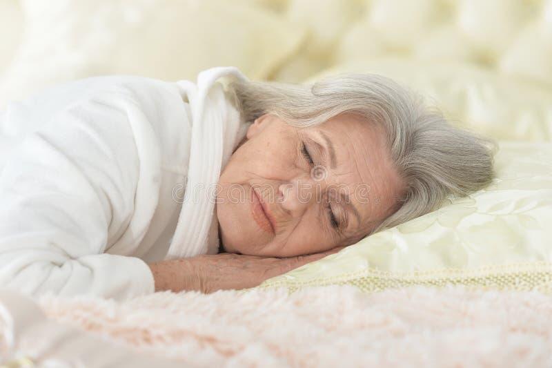Όμορφος ύπνος ηλικιωμένων γυναικών στοκ εικόνα με δικαίωμα ελεύθερης χρήσης