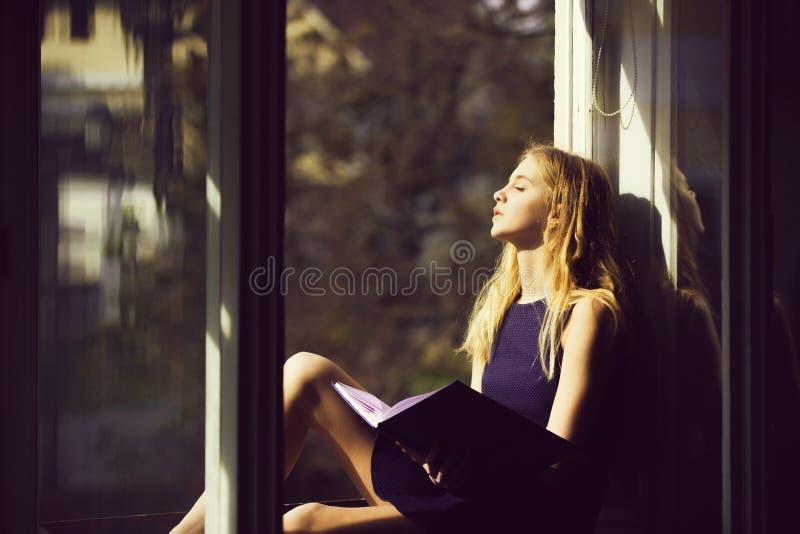 Όμορφος ύπνος κοριτσιών με το βιβλίο στο ανοικτό παράθυρο στοκ φωτογραφία με δικαίωμα ελεύθερης χρήσης