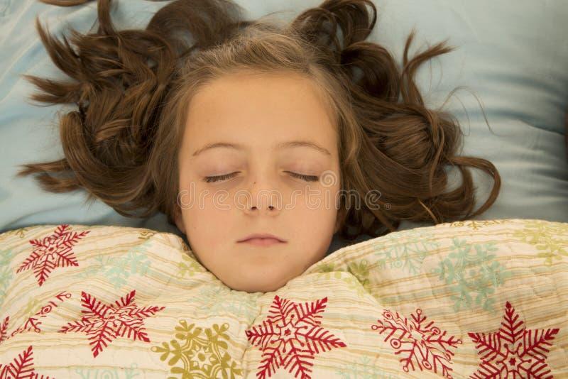 Όμορφος ύπνος νέων κοριτσιών με την άγρια τρίχα στοκ φωτογραφία με δικαίωμα ελεύθερης χρήσης