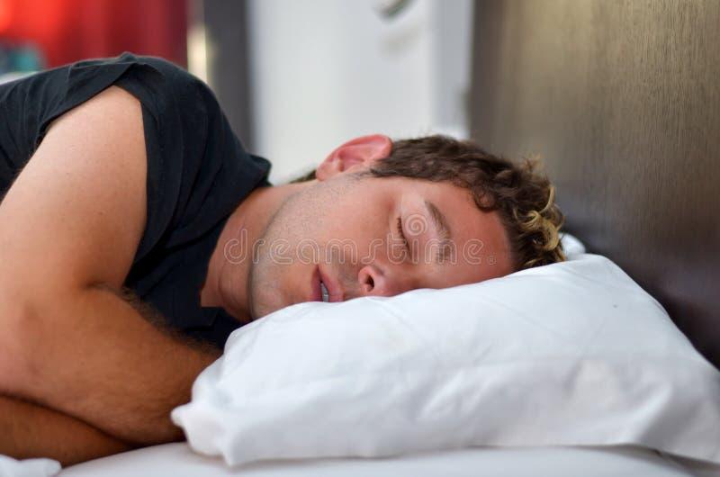 Όμορφος ύπνος νεαρών άνδρων στοκ φωτογραφία