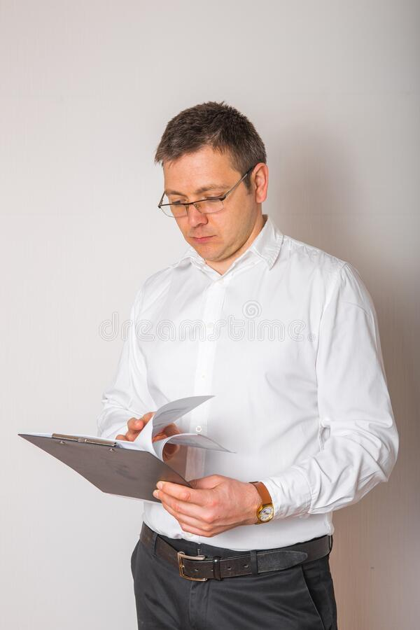 Όμορφος ώριμος επιχειρηματίας απομονωμένος σε λευκό φόντο Πορτρέτο ενός ικανοποιημένου επίσημου άνδρα στοκ εικόνες με δικαίωμα ελεύθερης χρήσης