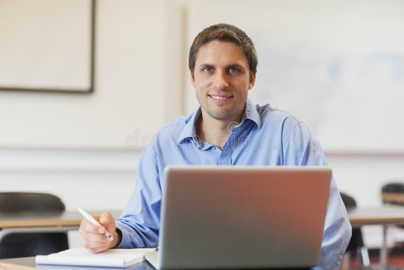 Όμορφος ώριμος σπουδαστής που μαθαίνει και που κάθεται στην τάξη στοκ φωτογραφία με δικαίωμα ελεύθερης χρήσης