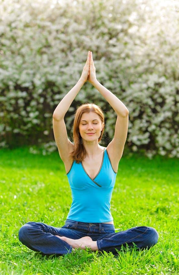 όμορφος meditating υπαίθρια η γυν&alp στοκ φωτογραφία με δικαίωμα ελεύθερης χρήσης
