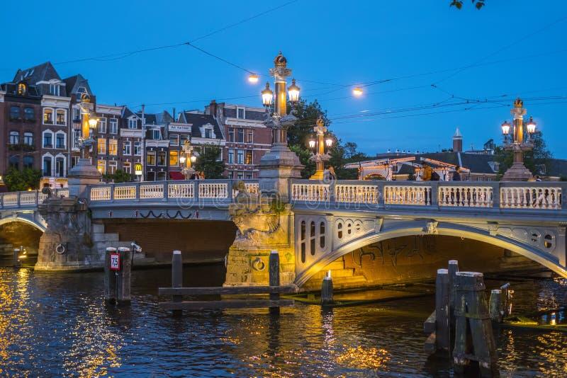 Όμορφο Άμστερνταμ το βράδυ - ρομαντική άποψη στοκ φωτογραφία