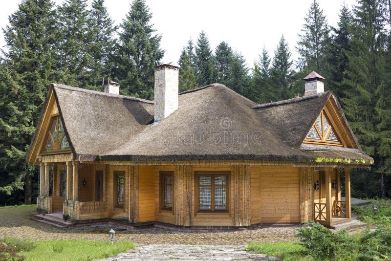 Όμορφο άνετο ένας-ιστορίας σπίτι εξοχικών σπιτιών διακοπών ξύλινο οικολογικό άνετο παραδοσιακό με την απότομη στέγη αχύρου, υψηλή στοκ εικόνες