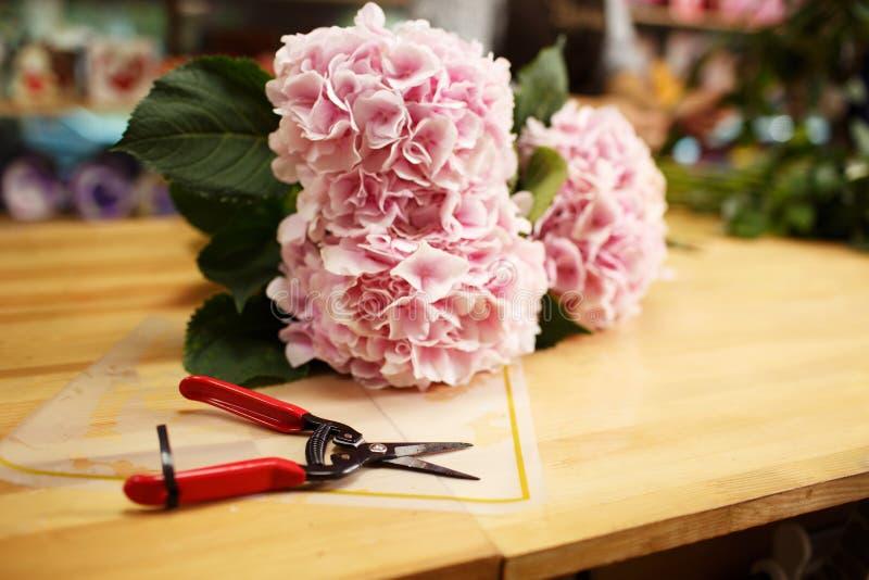 Όμορφο άνθος λουλουδιών σε μια ανθοδέσμη σε ένα υπόβαθρο καταστημάτων ανθοκόμων Ρόδινα λουλούδια περικοπών Ανθοδέσμη-παραγωγή της στοκ εικόνα