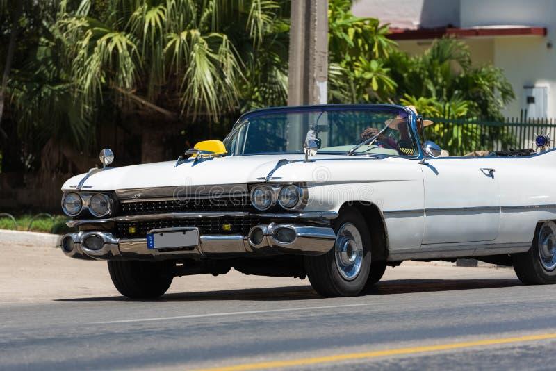 Όμορφο άσπρο αμερικανικό κλασικό αυτοκίνητο καμπριολέ κατά την μπροστινή άποψη σε Varadero Κούβα στοκ φωτογραφία