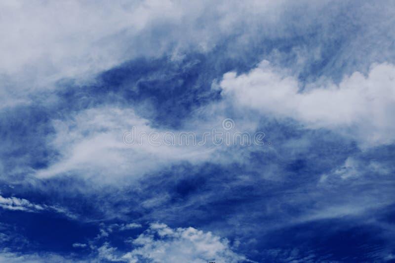 Όμορφο άσπρο χνουδωτό σύννεφο κάτω από το βαθύ μπλε ουρανό στοκ εικόνες