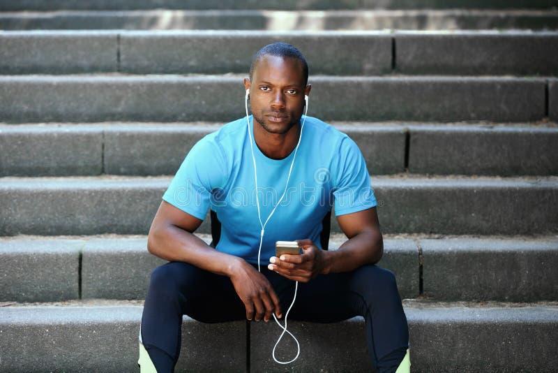 Όμορφο άτομο αφροαμερικάνων που ακούει τη μουσική στοκ εικόνα