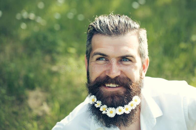 Όμορφο άτομο με τα λουλούδια στη γενειάδα στοκ φωτογραφίες με δικαίωμα ελεύθερης χρήσης
