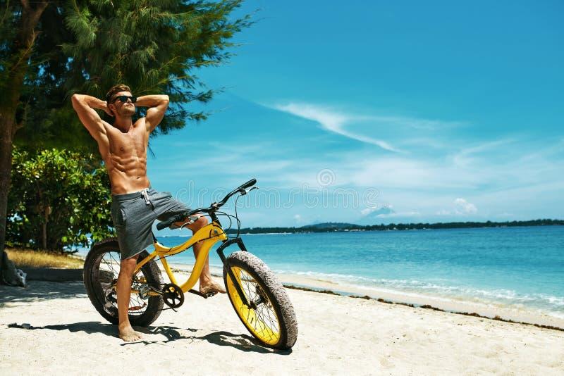 Όμορφο άτομο με το μαύρισμα ήλιων ποδηλάτων στην παραλία krasnodar διακοπές θερινών εδαφών katya στοκ φωτογραφία με δικαίωμα ελεύθερης χρήσης