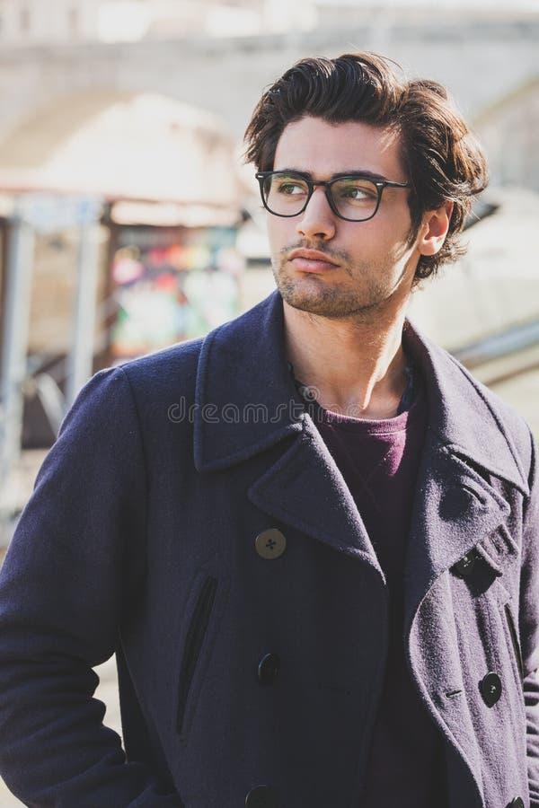 Όμορφο άτομο πορτρέτου με τα γυαλιά υπαίθρια Πρότυπο ύφος τρίχας και ιματισμού στοκ φωτογραφίες
