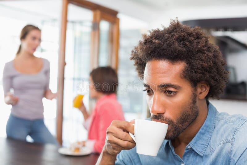 Όμορφο άτομο που απολαμβάνει τον καφέ του στοκ φωτογραφία