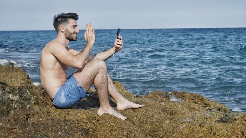 Όμορφο άτομο που κάνει videochat εν πλω στοκ φωτογραφία