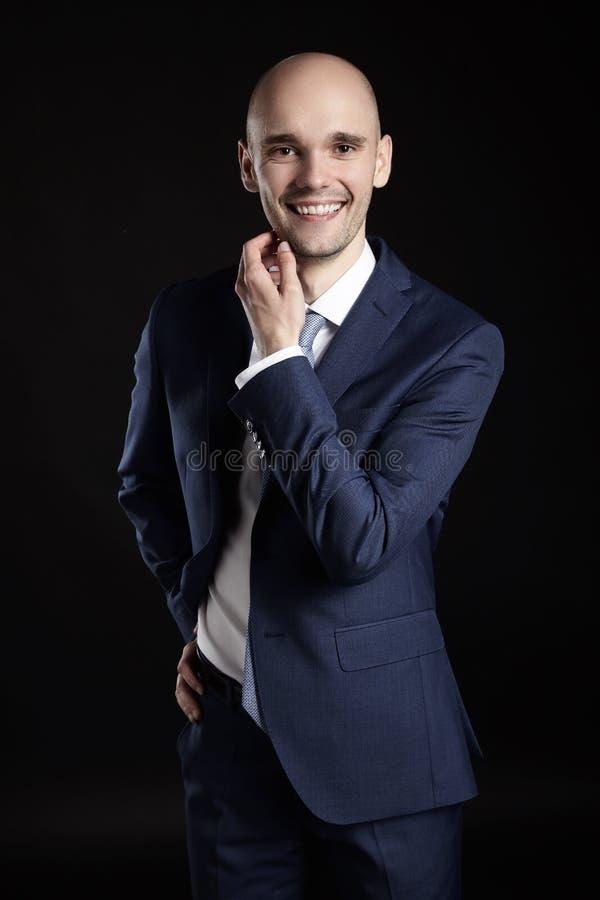 Όμορφο άτομο που κτυπά το πηγούνι του στοκ φωτογραφία