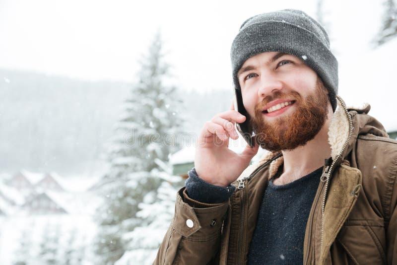 Όμορφο άτομο που μιλά στο κινητό τηλέφωνο υπαίθρια το χειμώνα στοκ φωτογραφίες με δικαίωμα ελεύθερης χρήσης