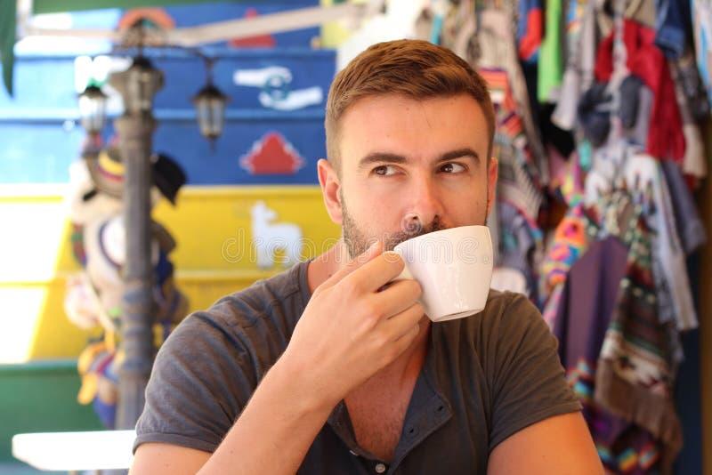 Όμορφο άτομο που πίνει ένα φλιτζάνι του καφέ στοκ εικόνα με δικαίωμα ελεύθερης χρήσης