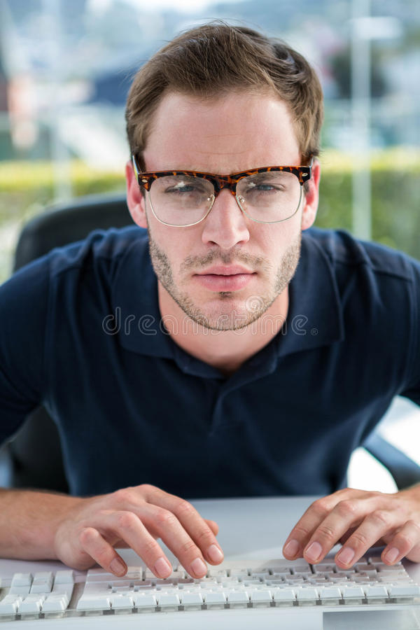 Όμορφο άτομο που χρησιμοποιεί τον υπολογιστή στοκ φωτογραφία με δικαίωμα ελεύθερης χρήσης