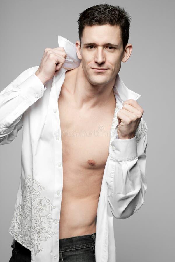 Όμορφο άτομο στο άσπρο πουκάμισο σε γκρίζο. στοκ εικόνες με δικαίωμα ελεύθερης χρήσης