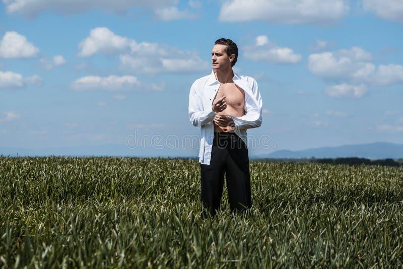 Όμορφο άτομο στο ανοικτό πουκάμισο στοκ φωτογραφίες