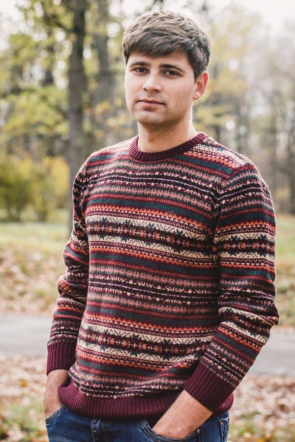 Όμορφο άτομο στο πλεκτό πουλόβερ στοκ φωτογραφία