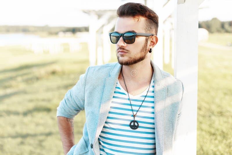 Όμορφο άτομο hipster στα γυαλιά ηλίου με μια γενειάδα σε ένα καθιερώνον τη μόδα κοστούμι στοκ φωτογραφίες με δικαίωμα ελεύθερης χρήσης