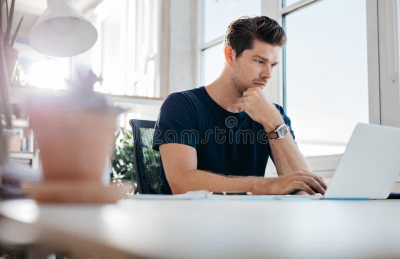 όμορφο άτομο lap-top που χρησιμ&omi στοκ φωτογραφίες
