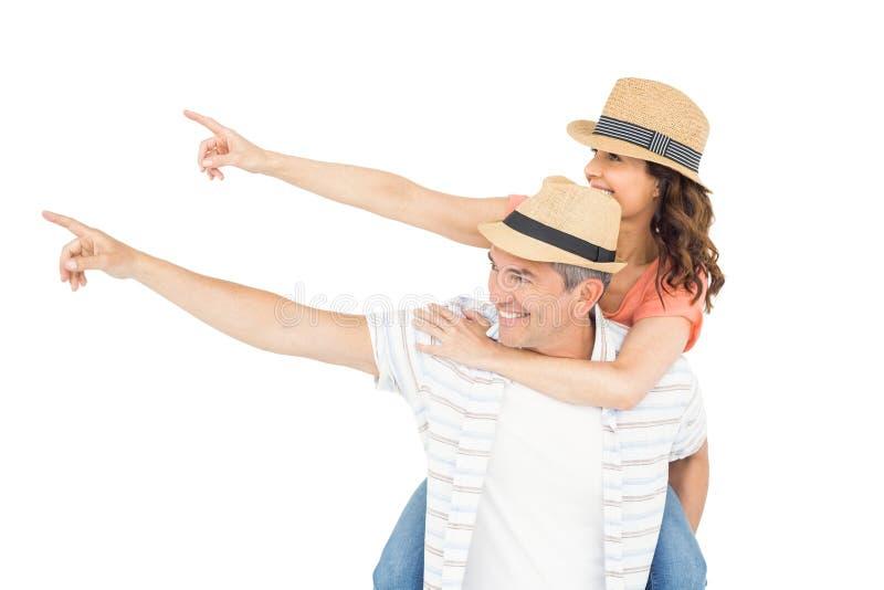 Όμορφο άτομο piggybacking η σύζυγός του στοκ φωτογραφία με δικαίωμα ελεύθερης χρήσης