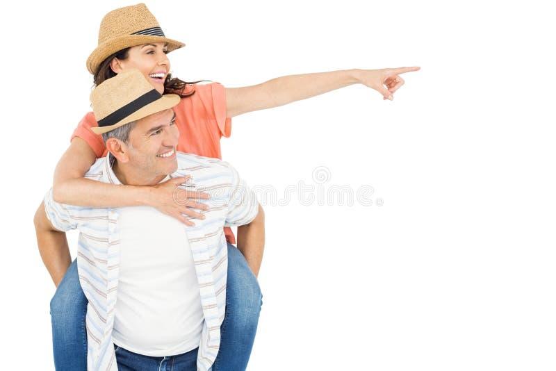 Όμορφο άτομο piggybacking η σύζυγός του στοκ φωτογραφίες
