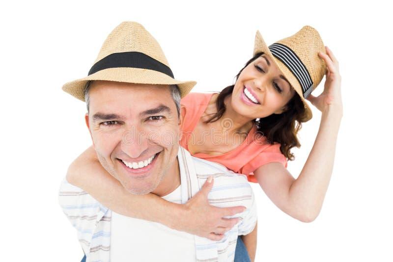 Όμορφο άτομο piggybacking η σύζυγός του στοκ φωτογραφία