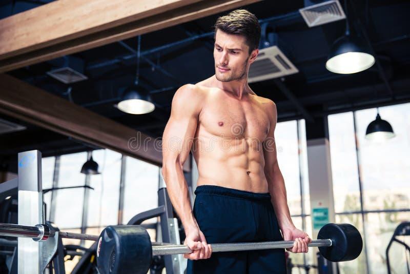 Όμορφο άτομο workout με το barbell στοκ φωτογραφίες