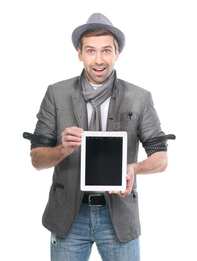 Όμορφο έκπληκτο άτομο στο καπέλο με το ψηφιακό PC ταμπλετών στοκ εικόνα με δικαίωμα ελεύθερης χρήσης