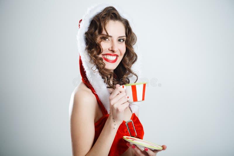 Όμορφο έκπληκτο κορίτσι Χριστουγέννων με το ζευγάρι τσαγιού στοκ εικόνα