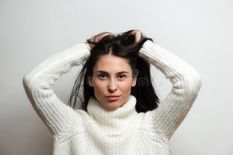 Όμορφο έντονο στενό επάνω πορτρέτο γυναικών brunette στο άσπρο υπόβαθρο στοκ εικόνες με δικαίωμα ελεύθερης χρήσης